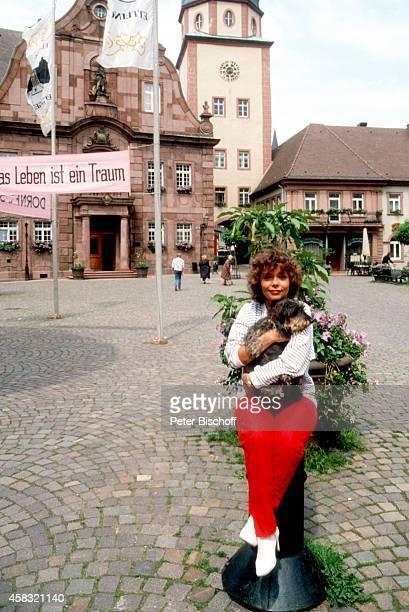 Simone Rethel mit Hund Wautzi vor Theaterstück Wie es Euch gefällt am bei Schloßfestspielen von Ettlingen Deutschland
