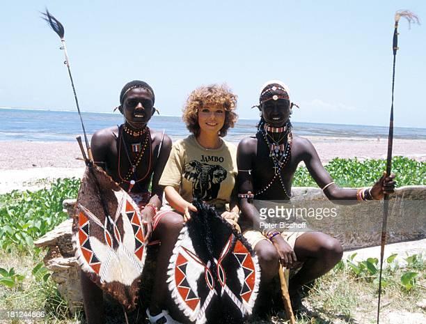 Simone Rethel neben den Dreharbeiten zur ARDSerie 'Schoene Ferien' Folge 1 'Kenia' Meer Strand Einheimische Massai Schild Speer Schauspielerin Promis...