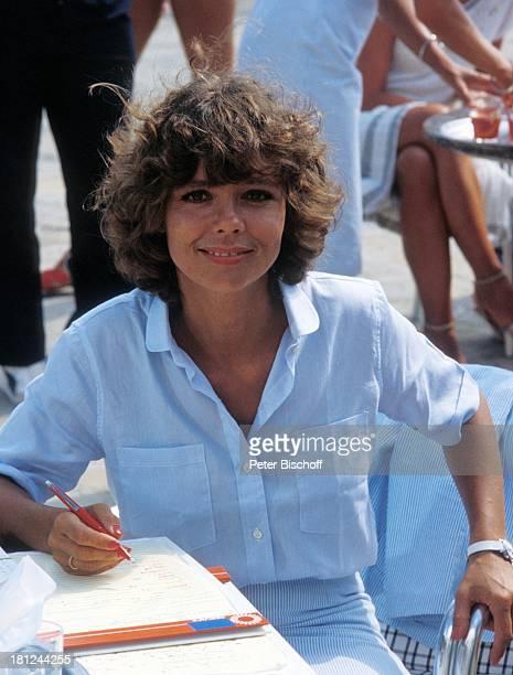 """Simone Rethel, neben den Dreharbeiten zur ARD-Serie """"Schoene Ferien"""", Folge 2 """"Mallorca"""", Spanien/Cala Serena, , Schreibblock, Kugelschreiber,..."""