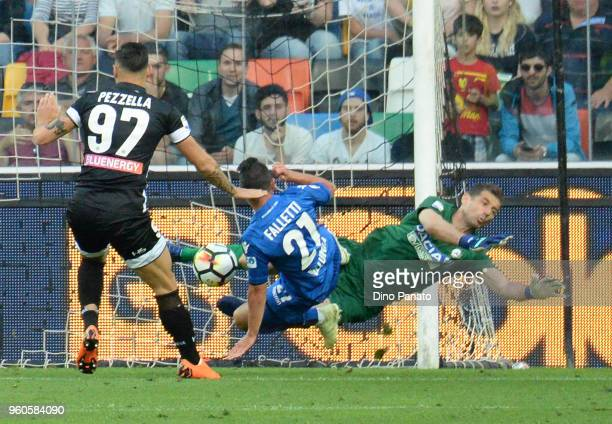 Simone Scuffet goalkeeper of Udinese saves a shot from Cesar Falletti of Bologna during the Serie A match between Udinese Calcio and Bologna FC at...