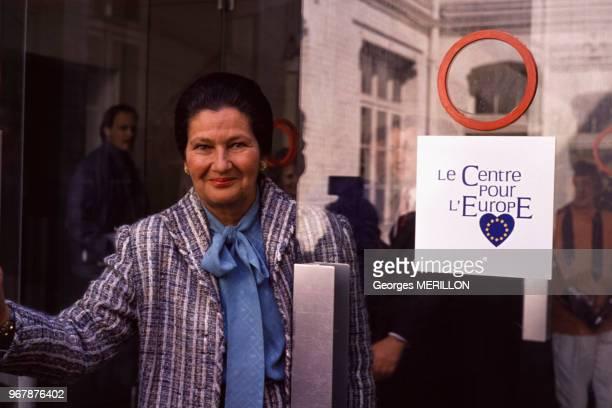 Simone Veil avec une de ses affiches pour le scrutin européen le 28 avril 1989 à Paris Espagne