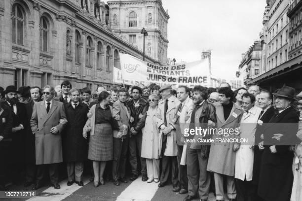 Simone Veil, Harlem Désir, Simone Signoret, Yves Montand, Marek Halter, Enrico Macias et Michel Rocard lors d'une manifestation contre l'attetat du...