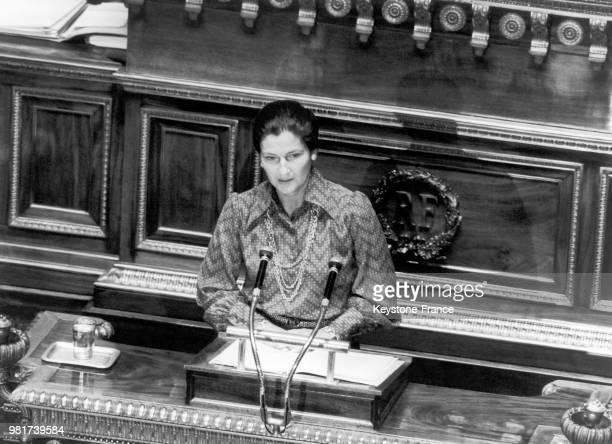 Simone Veil ministre de la santé prononce son discours sur le projet de loi en faveur de l'avortement à la tribune du Sénat à Paris en France le 13...