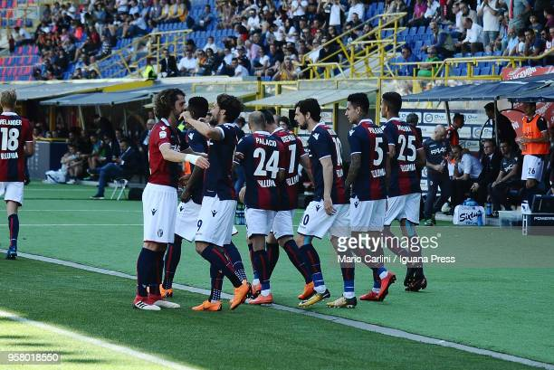 Simone Verdi of Bologna FC celebrates with team mates after scoring the opening goal from the penalty spot during the serie A match between Bologna...