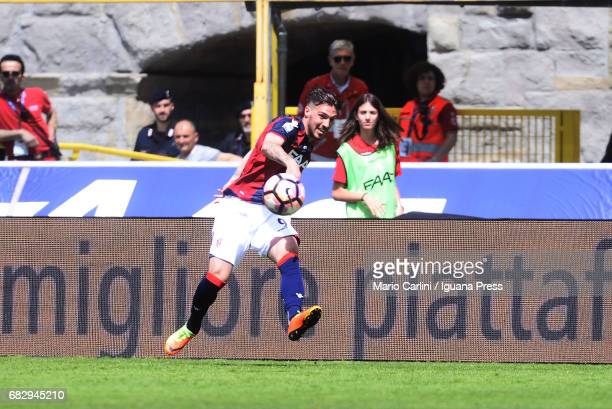 Simone Verdi of Bologna FC in action during the Serie A match between Bologna FC and Pescara Calcio at Stadio Renato Dall'Ara on May 14 2017 in...