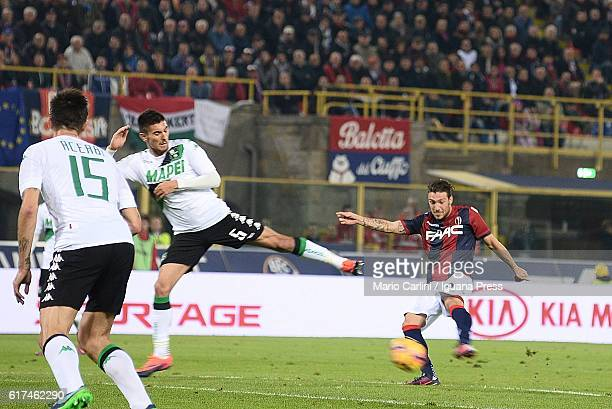 Simone Verdi of Bologna FC kicks towards the goal during the Serie A match between Bologna FC and US Sassuolo at Stadio Renato Dall'Ara on October 23...