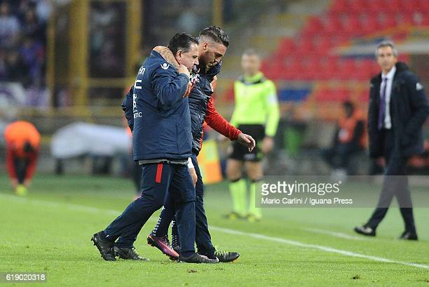Simone Verdi of Bologna FC leaves the pitch after being injured during the Serie A match betweenBologna FC and ACF Fiorentina at Stadio Renato...