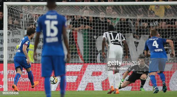 Simone Verdi of Bologna FC scores on a penalty kick during the serie A match between Juventus and Bologna FC at Allianz Stadium on May 5 2018 in...