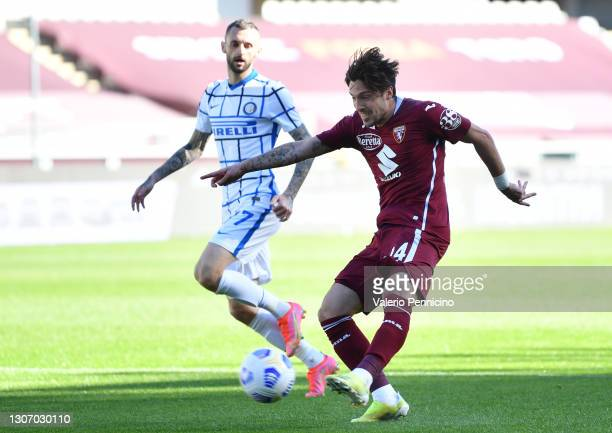 Simone Verdi of Torino FC shoots during the Serie A match between Torino FC and FC Internazionale at Stadio Olimpico di Torino on March 14, 2021 in...