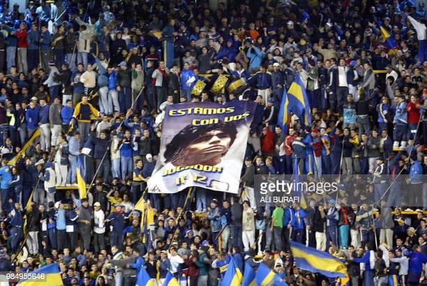 Simpatizantes de Boca Juniors despliegan un cartel con el rostro de Diego Maradona el 12 de mayo de 2004 en el partido disputado en el estadio La...