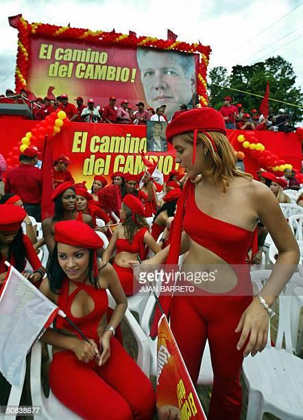 Simpatizantes del candidato a la presidencial del Partido Reformista Social Cristiano Eduardo Estrella esperan el inicio de un acto de cierre de...