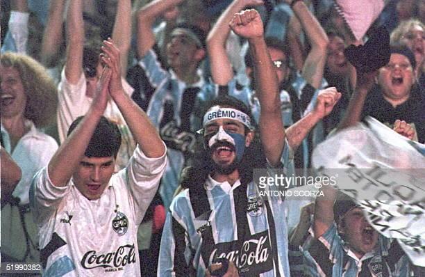 Simpatizantes del equipo Gremio de Brasil festejan la victoria de su equipo 23 de agosto sobre el equipo Colombiano Nacional de Medellin en Porto...