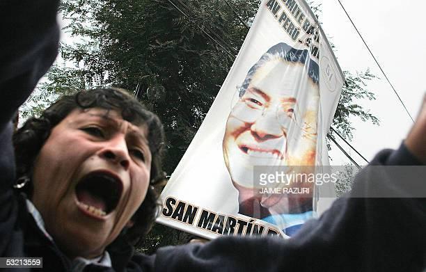 Simpatizantes del ex presidente Alberto Fujimori se manifiestan contra la resolucion de prohibir la emision televisiva de un mensaje grabado por el...