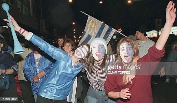 Simpatizantes uruguayos festejan en la tradicional avenida 18 de Julio el triunfo de su equipo al ganar la Copa America el 23 de Julio en el estadio...