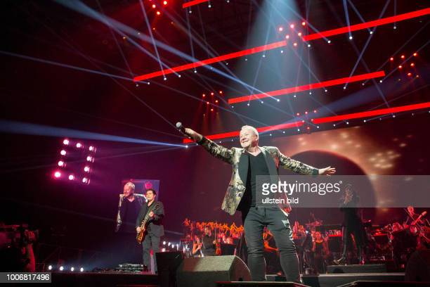 Simple Minds - die schottische Rockband mit Saenger Jim Kerr live bei the Night Of The Proms - das Musik-Event mit Il Novecento unter der Leitung der...