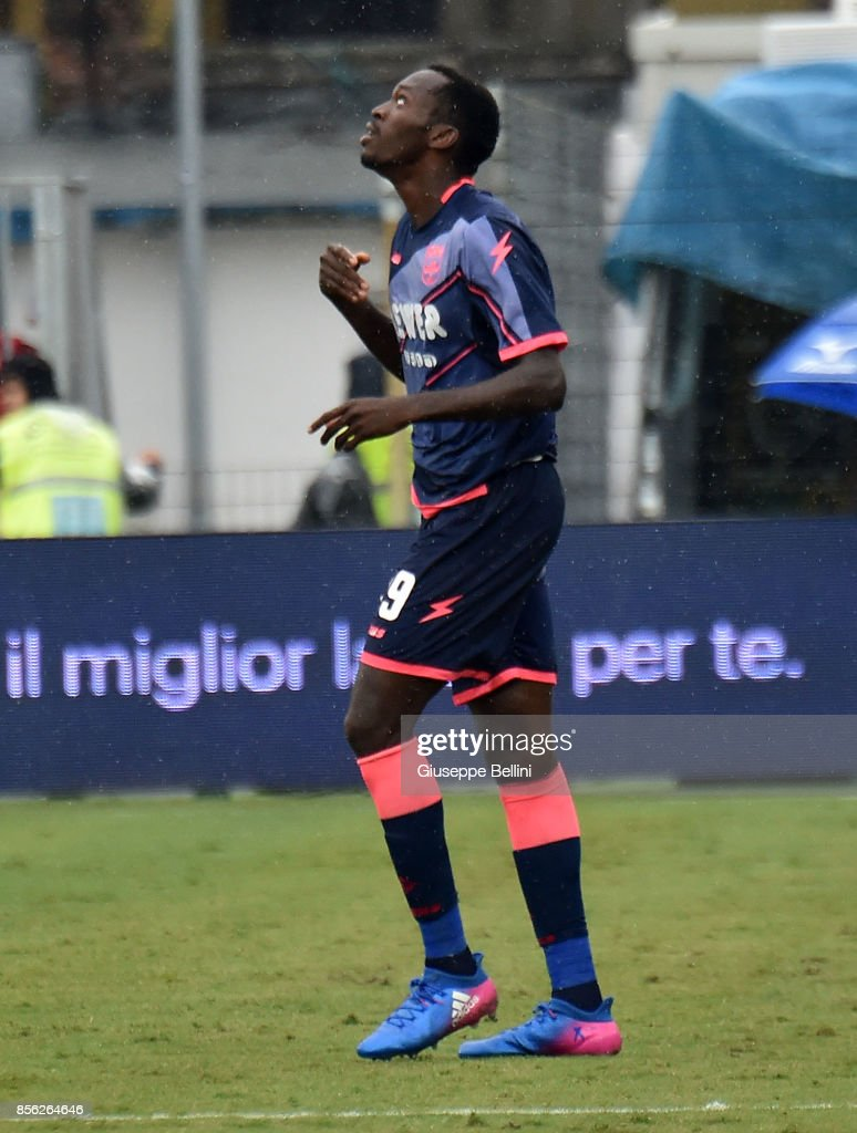 Simy Nwankwo of FC Crotone celebrates after scoring goal 1-1 during... Foto  di attualità - Getty Images