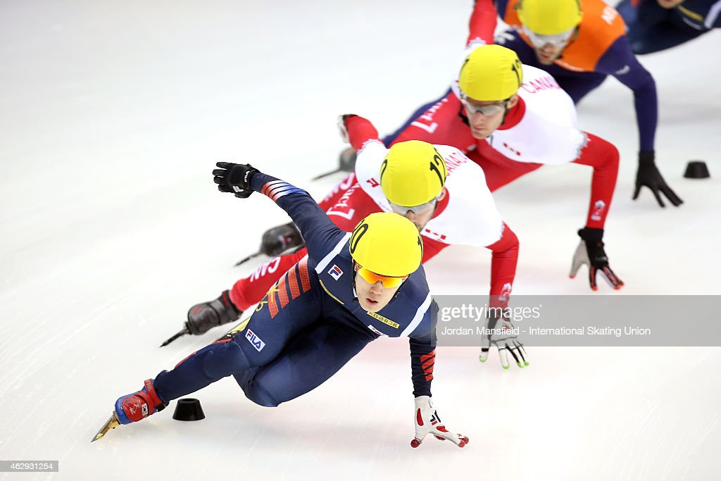 Sin Da-Woon of Korea leads the pack round the corner during their Men's 1000m semi-final race on day 1 of the ISU World Cup Short Track Speed Skating on February 7, 2015 in Dresden, Germany.