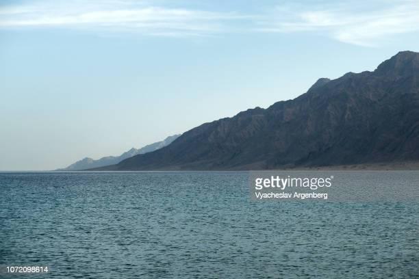 sinai mountain chains around nuweiba, egypt - argenberg - fotografias e filmes do acervo