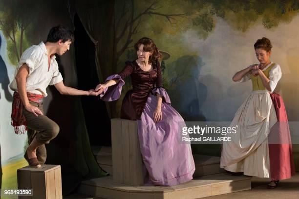 Sinan Bertrand Estelle Andréa et Marion Bierry sur scène interprètent au Théâtre de Poche Montparnasse 'Le Legs' de Marivaux mise en scène de Marion...