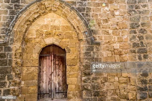 sinan pasha mosque, formerly church of saint peter and saint paul in famagusta, cyprus - limestone pavement stockfoto's en -beelden