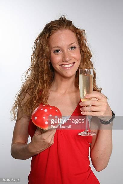 SinaValeska Jung ARDSerie Verbotene Liebe Köln Deutschland PNr 954/2006 Pilz Champagner Champagnerglas Alkohol Studio Daily Soap Schauspielerin Promi...