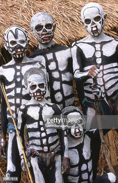 sing sing group members with skeleton-like body paint, mt hagen cultural show, mt hagen, western highlands, papua new guinea, pacific - peinture corps photos et images de collection