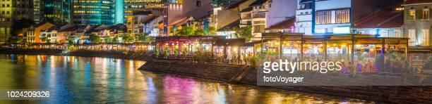 シンガポールのボートキー川沿いレストランやバーのライトアップ夜景 - シンガポール文化 ストックフォトと画像