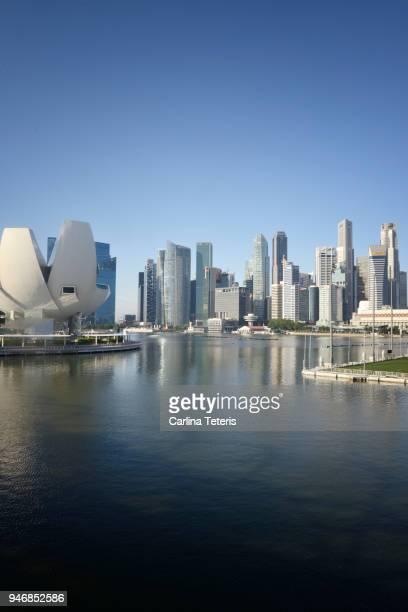 singapore business district skyline on a cloudless day - marina bay singapur stock-fotos und bilder