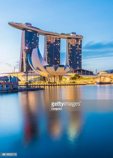 シンガポール、シンガポールの 2017 年 2 月 3 日: ミステリーでまだ水の反射とマリーナ ・ ベイ ・ サンズ ホテルを示すシンガポール市街のスカイライン - マリーナ湾 ストックフォトと画像