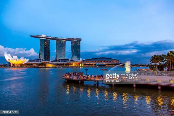 singapore city skyline lit up at night, singapore, republic of singapore - marina bay sands - fotografias e filmes do acervo