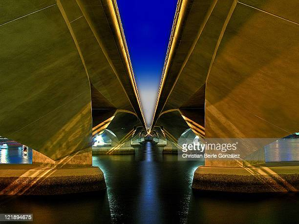 singapore esplanade bridge - christian beirle gonzález stock pictures, royalty-free photos & images