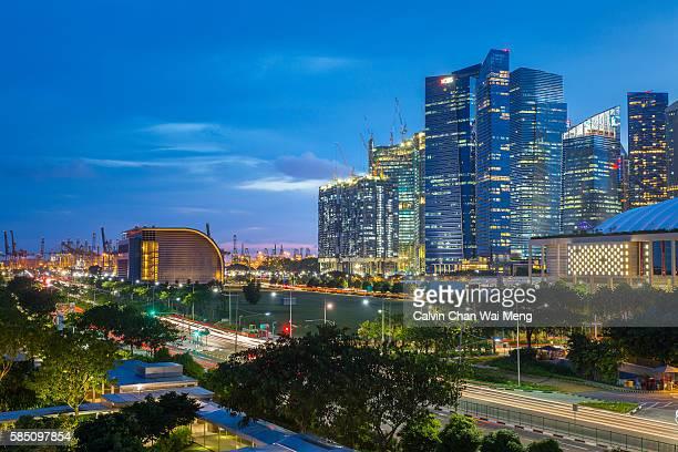 singapore financial buildings and skyline during blue hour - países del golfo fotografías e imágenes de stock