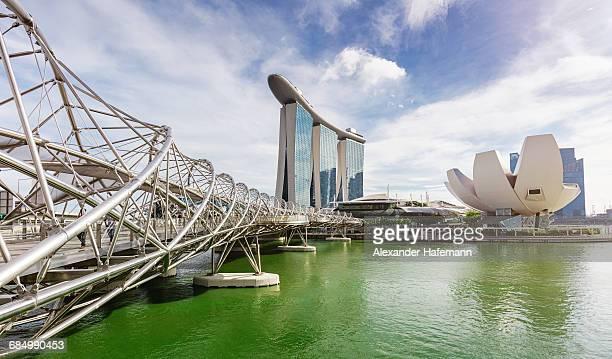 singapore helix bridge marina bay panorama - marina bay sands stock-fotos und bilder