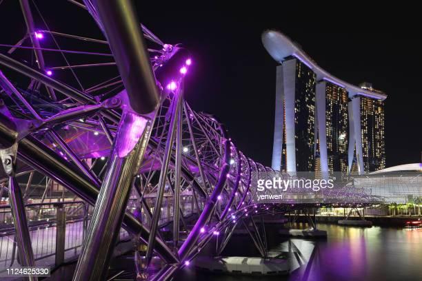 シンガポールマリーナ・ベイ・サンズ・アット・ナイト - らせん ストックフォトと画像