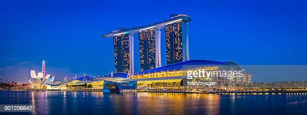シンガポールマリーナベイサンズホテルリゾートのパノラマ照明付きの夕暮れ