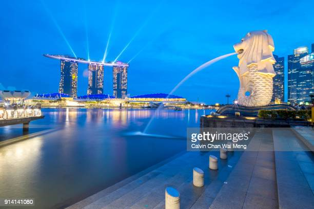 singapore merlion fountain - merlion stock pictures, royalty-free photos & images