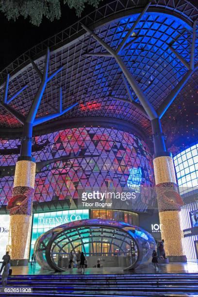 singapore, orchard road, ion orchard shopping centre, - orchard road fotografías e imágenes de stock