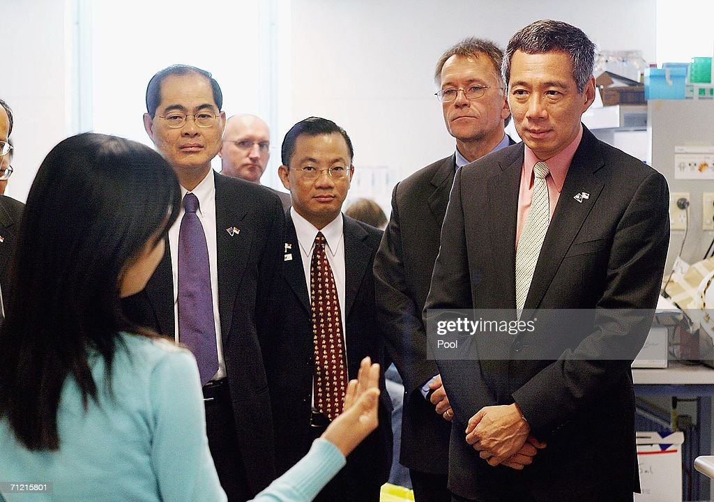 Singapore Prime Minister Lee Hsien Loong Listens To Singaporean Phd Photo D Actualite Getty Images