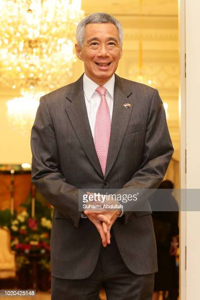 Singapore Prime Minister Lee Hsien Loong waits to receive Myanmar State Counsellor Aung San Suu Kyi at the Istana on August 21 2018 in Singapore Aung...