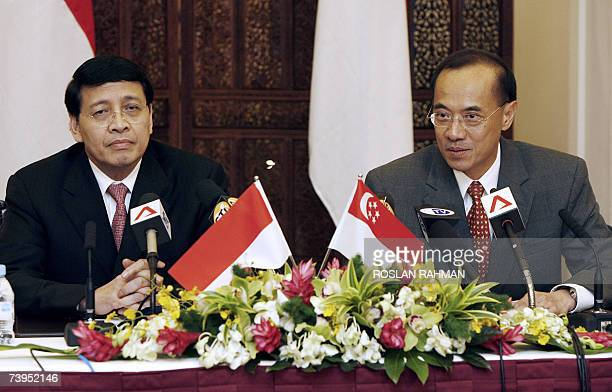 Indonesian Foreign Minister Hassan Wirayuda and Singapore Foreign Minister George Yeo interact with media representatives at a joint press conference...