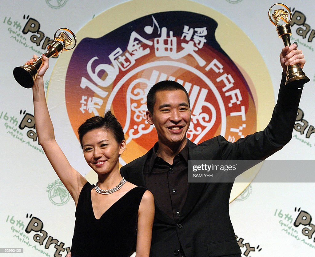 Singapore singer Stefanie Sun (L) and Am : News Photo