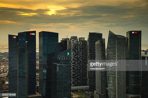 singapore skyline at sunset - marina bay sands skypark stock-fotos und bilder