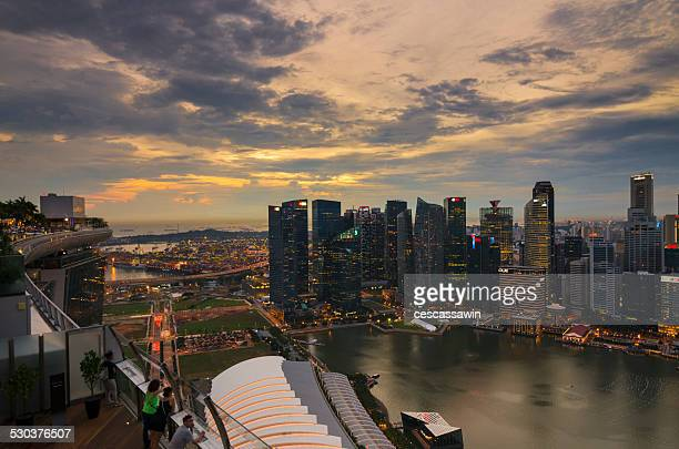 singapore skyline at sunset - marina bay sands skypark stock pictures, royalty-free photos & images