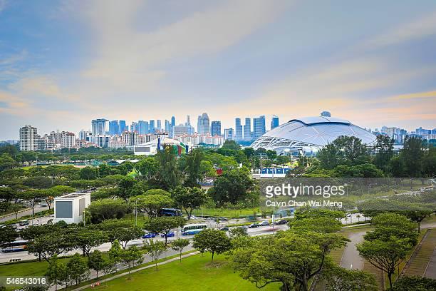 singapore sports hub with downtown buildings - singapore sports hub fotografías e imágenes de stock
