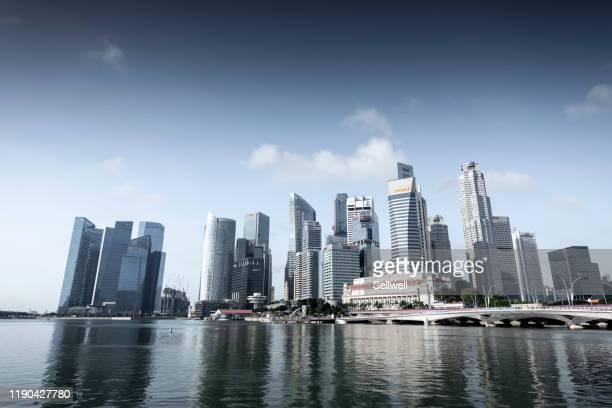 singapore urban skyline against marina bay - waterkant stockfoto's en -beelden