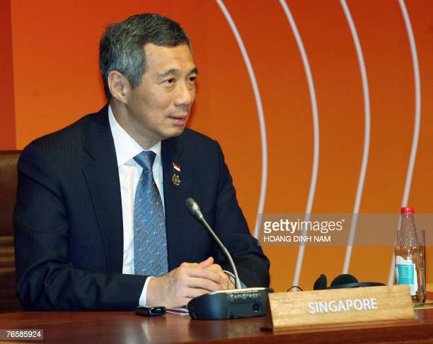 Singaporean Premier Minister Lee Hsien Loong attends a leaders retreat of the Asia-Pacific Economic Cooperation's 21 leader-summit opened 08...
