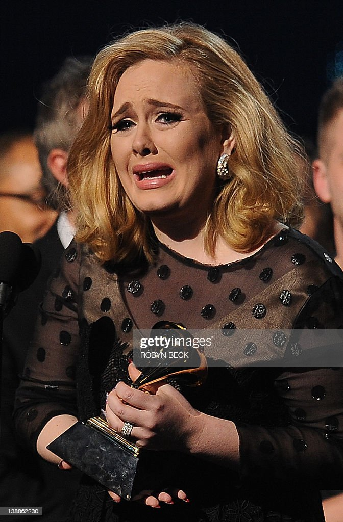 Singer Adele cries as she accepts her Gr : ニュース写真