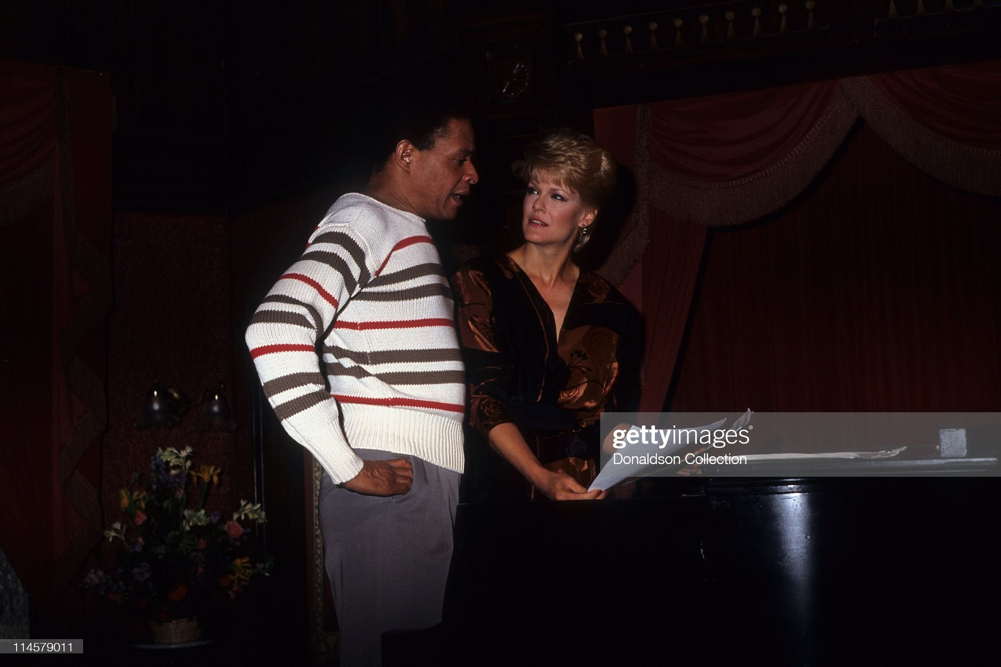 singer-al-jarreau-and-actress-gloria-loring-on-days-of-our-lives-set-picture-id114579011