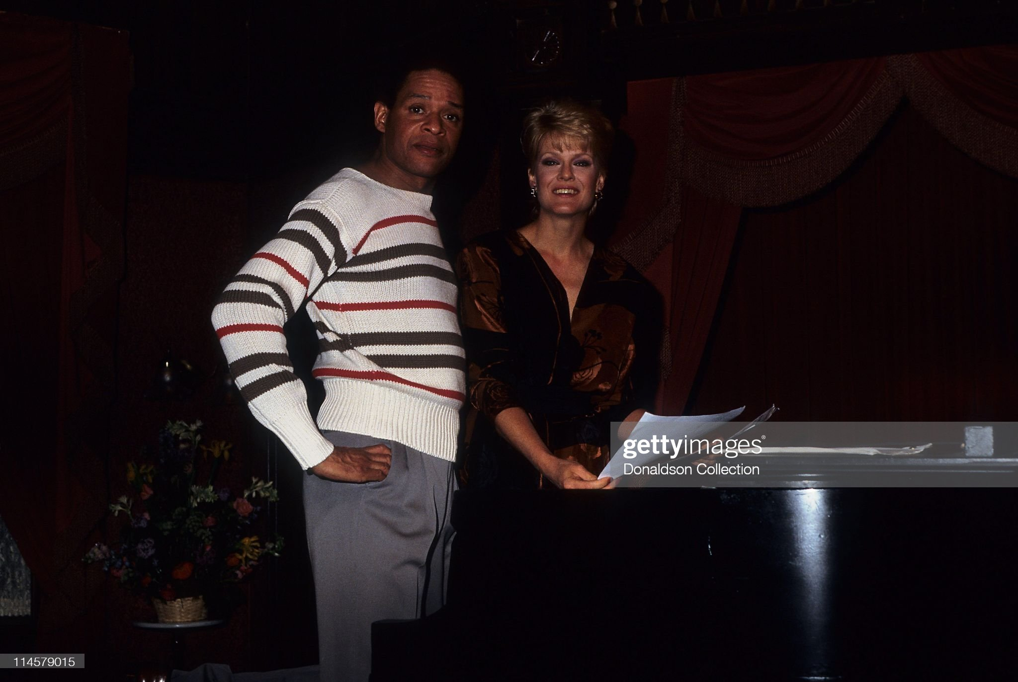 singer-al-jarreau-and-actress-gloria-loring-on-days-of-our-lives-set-picture-id114579015
