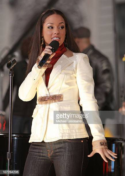 Singer Alicia Keys performs On ABC's 'Good Morning America' in New York City's Times Square on November 13 2007
